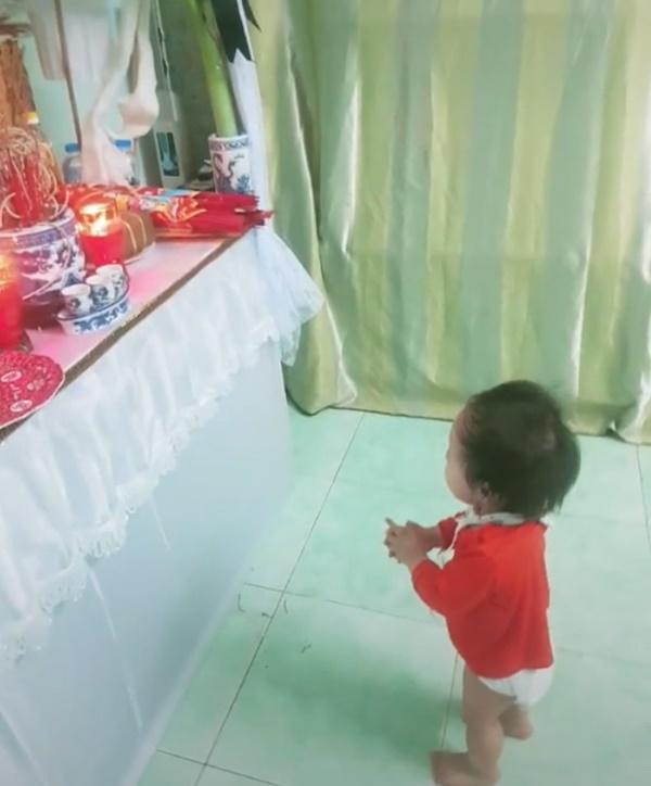 Clip bé gái gần 2 tuổi đứng trước bàn thờ bố đòi bế gây xúc động - Ảnh 1